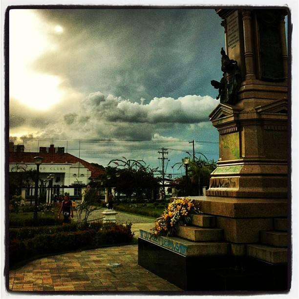 Essa foto é do dia 8 de setembro, tirada na Praça da Saudade, em Manaus. O Instagram fez o milagre de torná-la uma pintura.